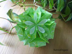 Schwierigkeit ♥♥♥♡♡ dieser schöne Kusudama ist ein Design von Natalia Romanenko Thank you so for permission :-)) gefaltet habe ich mit 7,5 x 7,5 cm Origami P...