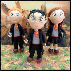 Kit 3 Miniaturas da série Harry Potter, escrita por J. K. Rowling: Harry, Rony e Hermione. <br> <br>Produto sob encomenda. <br>Material: biscuit; base acrílica redonda. Altura: 15cm. <br> <br>Antes de encomendar, não esqueça de conferir as políticas da loja (http://www.elo7.com.br/patysbiscuit/politicas ), e de entrar em contato para consultar disponibilidade na agenda!