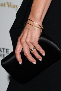 Em sua primeira aparição em púbico após o casamento com Justin Theroux, Jennifer Aniston exibe aliança. A bela ainda contou em entrevista como conseguiu fazer o casório todo em segredo.
