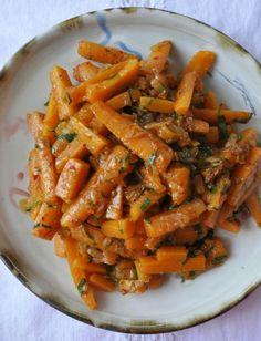 Retour du marché, je prépare ma salade de carottes. Pas besoin de peler les carottes, leur peau est toute fine. Ill suffit de les brosser, d...