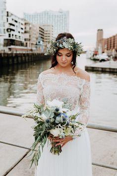 Brautstrauß, Brautstrauß Winter, Brautstrauß blau grün weiß #blau #grün #brautstrauß #disteln #eukalyptus #rosen #freesien Die 10 schönsten Brautsträuße 2021   Hochzeitsblog The Little Wedding Corner Fairy Wedding Dress, Wedding Gowns, Wedding Blog, Lace Wedding, Bouquets, Bridal Dresses, Bridal Shower, Bridal Corner, Fashion Dresses