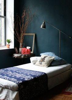 Bleu Prusse pour cette chambre aux allures slave...