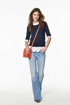 In heller Waschung und unten austestellt: Flared-Jeans sind die Trendhosen im Sommer. Wie man sie stylt?