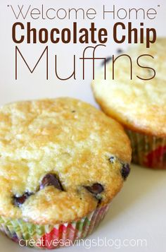 These Mouthwatering Chocolate Chip Muffins will Make Your Weekend! These chocolate chip muffins have a super special ingredient that makes them amazingly delicious. A perfect Saturday morning pick-me-up! Just Desserts, Delicious Desserts, Dessert Recipes, Yummy Food, Chocolate Chip Muffins, Chocolate Chips, What's For Breakfast, Breakfast Recipes, Muffin Recipes