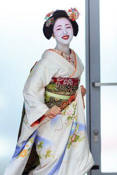 Expressive(祇園甲部・まめ藤さん) : 花景色-K.W.C. PhotoBlog Geisha Japan, Japanese Geisha, Japanese Beauty, Japanese Kimono, Japanese Fashion, Asian Beauty, Kyoto Japan, Okinawa Japan, Traditional Fashion
