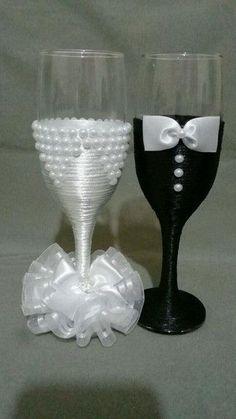 Bridal Wine Glasses, Diy Wine Glasses, Decorated Wine Glasses, Wedding Glasses, Painted Wine Glasses, Wedding Champagne Flutes, Wedding Bottles, Gold Champagne, Wine Glass Crafts