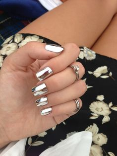 Mirror nails, or chrome nails, are the shiny new manicure trend that beauty gurus simply cannot get enough of. Nail Design Gold, Silver Nail Designs, Nail Art Designs, Nails Design, Metallic Nails, Silver Nails, Gold Nail, Gold Gold, Makeup Tips