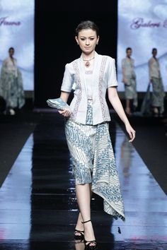 Seems Formal - Jakarta Fashion Week Galeri Batik Jawa Kebaya Lace, Kebaya Dress, Batik Kebaya, Kebaya Hijab, Blouse Batik, Batik Dress, Batik Fashion, Ethnic Fashion, Traditional Fashion