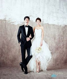 Elegant and All Natural 37 Korean Wedding Photos to Make Marriage Plans Next Summer. Elegant and All Natural 37 Korean Wedding Photos to Make Marriage Plans Next Summer Ideas Para Photoshoot, Pre Wedding Photoshoot, Wedding Poses, Wedding Shoot, Wedding Couples, Wedding Portraits, Wedding Ceremony, Korean Wedding Photography, Photography Props
