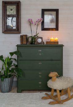 Butik Lanthandeln - Grön skön byrå Painted Furniture, Bedroom Furniture, Diy Furniture, Gray Interior, Interior Design, Chest Of Drawers Makeover, Oh My Home, Warm Home Decor, Living Room Chairs