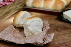 sofficissimi pani al burro sono dei pani preparati con pasta madre davvero soffici e profumati, perfetti per accompagnare cibi dolci o salati