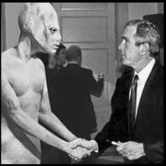 WASHINGTON -- In a surprise move that has astonished political pundits, the space alien that endorsed Bill Clinton in 1992 has switched party allegiance and is backing GOP Presidential contender George W. Les Aliens, Aliens And Ufos, Ancient Aliens, Alien Gris, Grey Alien, Alien Alien, Alien Pictures, Alien Photos, Gif Terror