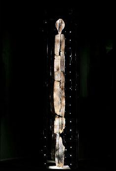 Shigir Idol: Zweimal so alt wie die ägyptischen Pyramiden - Ist dies der älteste Code der Welt? - Верка Павловић - - Shigir Idol: Zweimal so alt wie die ägyptischen Pyramiden - Ist dies der älteste Code der Welt? Ancient Art, Ancient History, Alt Codes, Mysteries Of The World, Idol, Unexplained Mysteries, Wooden Statues, Shiga, Stonehenge