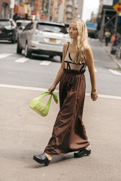 New York Fashion Week's Best Street Style Moments Include A Lot Of Neutral Tones Nyfw Street Style, Street Style Summer, Street Style Women, Street Chic, Clogs Outfit, Clogs Shoes, New York Fashion, Love Fashion, Fashion Outfits