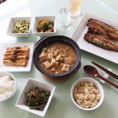 Today's Dinner-grilled Mackerel and seafood soybean stew. 오늘 저녘은 냉장고에 있는 야채를 탈탈 털어서 만든 저녘식사 이제 남아있는것은 당근과 양배추, 일주일은 버터주겠지.... 고등어구이 와 굴과 모시조개를 넣고 끓인 됀장찌개, 두부조림, 호박볶음, 오이무침과 그린빈 간장볶음