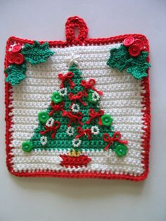Ravelry: Christmas tree potholder with holly leaf clusters pattern by Di Greenall