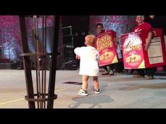 爸爸在開演唱會,寶寶突然跑到台前,接下來的一幕全場都要瘋狂了!!