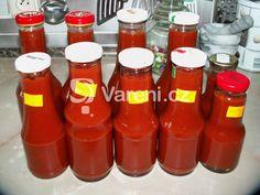 Pokud máte nadúrodu rajčat, určitě si udělejte domácí kečup. Konzistencí je opravdu jako kupovaný. Na obrázku je kečup z dvojnásobné dávky. Vareni.cz - recepty, tipy a články o vaření.