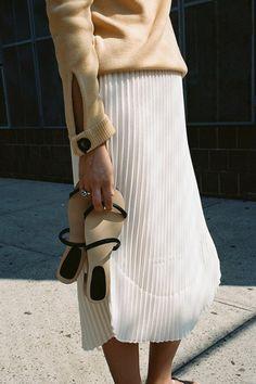 jupe longue plissée de couleur blanche, blouse beige femme elegant