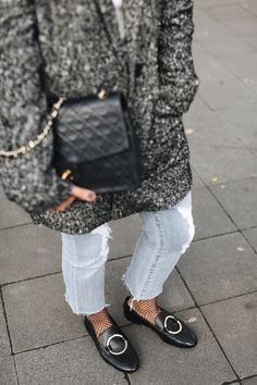 DURING THE DAY | Fiona from thedashingrider.com wears a Edited The Label Blazer, Dstld Cropped Jeans, Mango slippers and a Vintage Chanel bag | Petite Blogger | Style Blogger | Outfit