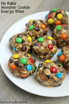 No Bake Monster Cookie Energy Bites are packed full of healthy energy boosting i. No Bake Monster Cookie Energy Bites are packed full of healthy energy boosting ingredients! Quick Healthy Snacks, Easy Snacks, Healthy Foods To Eat, Easy Desserts, Kid Snacks, Protein Snacks, Healthy Cooking, Camping Snacks, Protein Bars