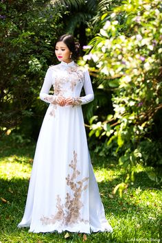 Discover recipes, home ideas, style inspiration and other ideas to try. Vietnamese Wedding Dress, Vietnamese Dress, Ao Dai Wedding, Red Wedding, Vietnamese Traditional Dress, Traditional Dresses, Traditional Wedding, Chinese Men's Clothing, Japanese Wedding