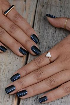 nail-art-facile-ongles-courts-idée-magnifique-nails-art-faclie Imagine matching your nail art pattern with your favorite sweater this season. This is possible with the cable knit nails that are the latest trends. Dot Nail Art, Black Nail Art, Black Nails, White Nails, Grey Matte Nails, Trendy Nail Art, Easy Nail Art, Manicure E Pedicure, Manicure Ideas