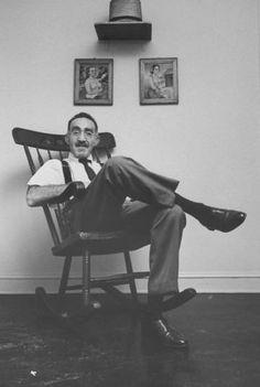 S. J. Perelman, en su oficina de Nueva York.