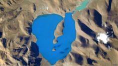 """""""Este lago del nordeste de los Himalayas parece el lugar más azul del mundo desde la Estación Espacial Internacional"""", escribió el astronauta estadounidense Scott Kelly en su cuenta de la red social Twitter.  Y la fotografía que acompaña al comentario muestra una masa de agua en forma de corazón de un azul tan brillante que parece manipulada con Photoshop u otro programa de edición de imágenes.  http://www.explora.cl/noticias-nacionales/5411-es-este-el-lugar-mas-azul-del-mundo"""