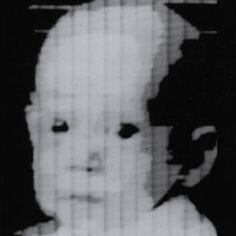 A primeira fotografia digital A primeira fotografia digital foi tirada por volta de 1957; quase 20 anos antes de um engenheiro da Kodak inventar a primeira câmera digital. A foto é uma varredura digital de uma foto inicialmente feita em filme. A imagem retrata o filho de Russell Kirsch e tem uma resolução de 176 × 176 – uma fotografia quadrada digna de qualquer perfil de Instagram.
