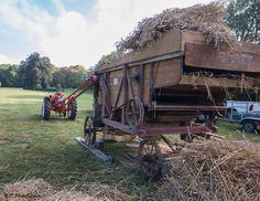 Réalisation de ballots de paille dans une machine d'époque #ferme #agriculture #paille