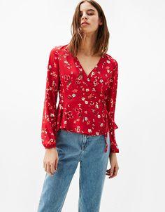 Blusa bailarina lazo. Descubre ésta y muchas otras prendas en Bershka con nuevos productos cada semana