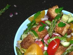 Easy and delicious Panzanella salad with asparagus, here is how to make it Tuscan Salad, Healthy Summer Dinner Recipes, Greek Grilled Chicken, Amazing Salad, Tomato Salad Recipes, Asparagus Salad, Spring Salad, Tasty Dishes, Parsley