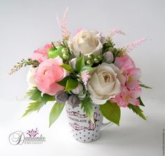 Купить или заказать Цветочная кружка 'Комплимент' в интернет-магазине на Ярмарке Мастеров. Красивая композиция из цветов и конфет в керамической кружке - оригинальный подарок, удивит и порадует любую женщину! 800 р. В составе конфеты 'Осенний вальс', 'Арфа' и 'Шарлет'. По Вашему желанию цветовая гамма композиции может быть изменена. На фото - примеры таких кружечек.