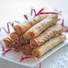 Knapperige gehakt-rolletjes in filodeeg met sesam, uit het kookboek 'De vrolijke tafel' van Karin Luiten. Kijk voor de bereidingswijze op okokorecepten.nl.