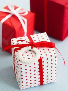 Christmas-Craft-Porcelain-Look-Wreath-Ornaments