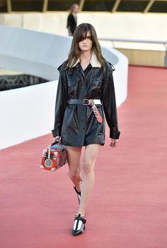 Одного беглого взгляда на фотографии с показа Louis Vuitton достаточно для того, чтобы понять, почему Николя Жескьер так стремился именно в Рио. И именно в Niterói Contemporary Art Museum, спроектированный Оскаром Нимейером. К зданиям