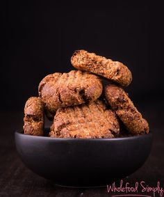 Date and Walnut Cookies. So simple and so delicious! Perfect for on-the-go snacks and breakfasts. Free from gluten, grains, dairy, egg and refined sugar. Whole Foods Cookies, Healthy Cookies, Healthy Sweets, Healthy Baking, Healthy Picnic, Healthy Food, Simply Recipes, Sugar Free Recipes, Gluten Free Baking