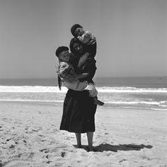 Portugal, Nazaré. 1954/57, Artur Pastor Old Photos, Vintage Photos, Portuguese Culture, Photo D Art, Famous Photographers, Algarve, David Hockney, Baby Wearing, Historical Photos