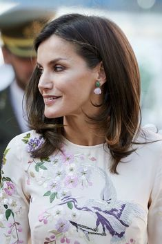 Queen Letizia of Spain Photos - Queen Letizia of Spain attends a meeting at the AECC (Spanish Association Against Cancer) on July 2019 in Madrid, Spain. - Queen Letizia of Spain Attends AECC Event In Madrid Show Queen, Spanish Royal Family, Queen Hair, Royal Jewelry, Royal Fashion, Style Fashion, Queen Letizia, Braided Updo, Powerful Women