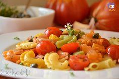 Pasta alla eoliana, un primo piatto saporito preparato con capperi eoliani, pomodorini, peperoncino, aglio, acciughe e origano siciliano.