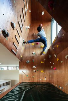 A Climbing Wall Allows This Japanese Family to Bond While Bouldering Modern House Design Bond Bouldering climbing Family Japanese wall Indoor Bouldering, Bouldering Wall, Indoor Climbing Wall, Rock Climbing Walls, Rock Climbing Gear, Design Japonais, Climbing Holds, Gym Design, House Design