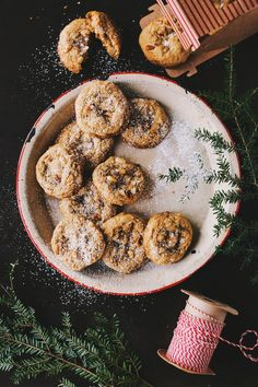 Biscuits tendres au citron et noix de pin   K pour Katrine Granola Barre, Rainbow Food, Bake Sale, Bagel, Stuffed Mushrooms, Deserts, Muffin, Pin, Gluten