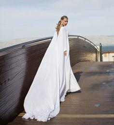elegantes weißes Kleid aus fließendem Stoff mit langer Schleppe