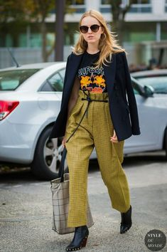 I love every cool piece of this outfit. Color, paperbag pants, studded cowboy style boots, rocker tee and blazer. Try this cool outfit idea for sure. Street Style Outfits, Looks Street Style, Street Style 2017, Looks Style, Mode Outfits, Fashion Outfits, Fashion Trends, Street Style Fashion, Japan Street Fashion