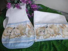 Babita em piket, toda forrada e com bolso feito em tecido 100% algodão.  Toalhinha de boca em felpa e decorada com tecido 100% algodão.