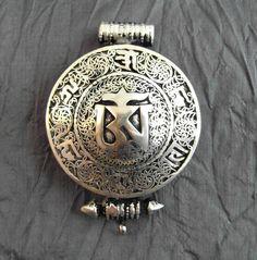 """Handgefertigtes, grosses superschönes Gau mit einem großen OM in tibetischen Schriftzeichen in der Mitte, umrahmt von dem Mantra """"OM MANI PADME HUM"""" und filigranen Mustern. Ein Gau (engl. Prayer..."""