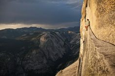 Thrill seekers sitting on the edge of Half Dome in Yosemite National Park in the USA Top Photos, Scary Photos, Wyoming, National Geographic, Paros, Yosemite National Park, National Parks, Base Jump, Vertigo