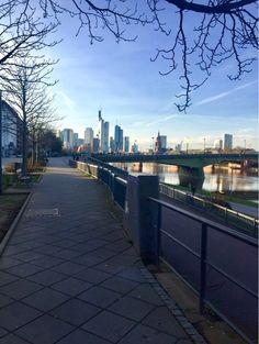 Frankfurter Skyline von der Mainpromenade aus. #Skyline #Frankfurt