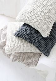 **can also make ur own sweater pillows, if you want to reuse a previously loved item** Knitting Patterns, Crochet Patterns, Big Knit Blanket, Natural Pillows, Jumbo Yarn, Knitted Cushions, Crochet Home Decor, Knit Pillow, Fabric Crafts